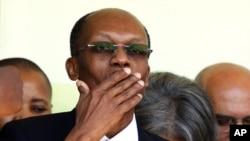 阿里斯蒂德回到海地。