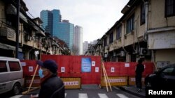 冠狀病毒讓中國百業凋零。圖為上海一居民小區為防疫關閉小區大門。(路透社2020年3月4日)