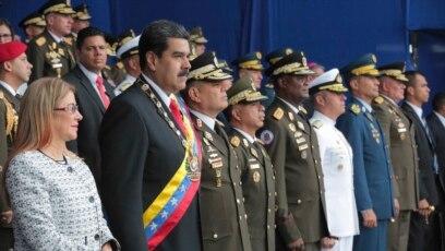 El presidente de Venezuela, Nicolás Maduro (segundo desde la izquierda) junto a su espsa Cilia Flores durante el evento conmemorativo del 81 aniversario de la Guardia Nacional en Caracas, el 4 de agosto de 2018.