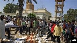 Des partisans des rebelles brûlant des exemplaires du Livre vert de Kadhafi à Tripoli