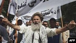 """Những người biểu tình hô khẩu hiệu """"đa đảo Pakistan"""" trong lúc họ phản đối vụ giết hại 36 người, kể cả trẻ em, trong vài tuần qua."""