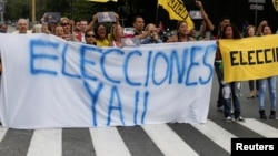 Los manifestantes, con múltiples consignas, exigieron al ente electoral para que convoque a elecciones.