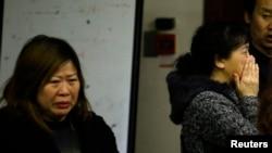 3月21日马航MH370客机乘客家属在北京一家饭店焦急地等待消息