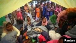 배를 방글라데시 콕스바자르 인근 해변에 도착한 미얀마 로힝야족 난민들이 31일 난민수용소로 이동하기 위한 차량을 기다리하고 있다.