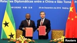 Ministro dos negócios estrangeiros sãotomense,Urbino Botelho, com o seu homólogo chinês, Wang Yi, concluindo hoje acordo em Pequim
