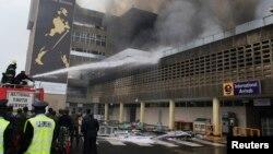 肯尼亚主要国际机场火灾: 消防人员竭力救火