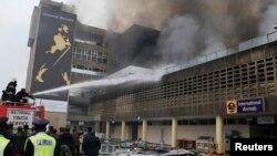 肯尼亞主要國際機場﹐星期三清晨發生嚴重火災﹐救援人員正在搶救中。