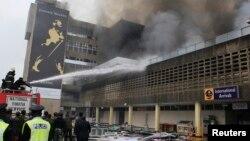 7일 케냐 나이로비 국제공항에서 대형 화재가 발생한 가운데, 소방관들이 진화에 나섰다.