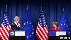 존 케리 미국 국무장관(왼쪽)과 캐서린 애슈턴 유럽연합 외교안보고위대표가 17일 스위스 제네바에서 우크라이나 사태 해결을 위한 4자회담을 마친 후, 회담 결과를 설명하고 있다.