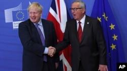 英國首相約翰遜與歐盟委員會主席容克在布魯塞爾的歐盟總部握手。 (2019年10月17日)
