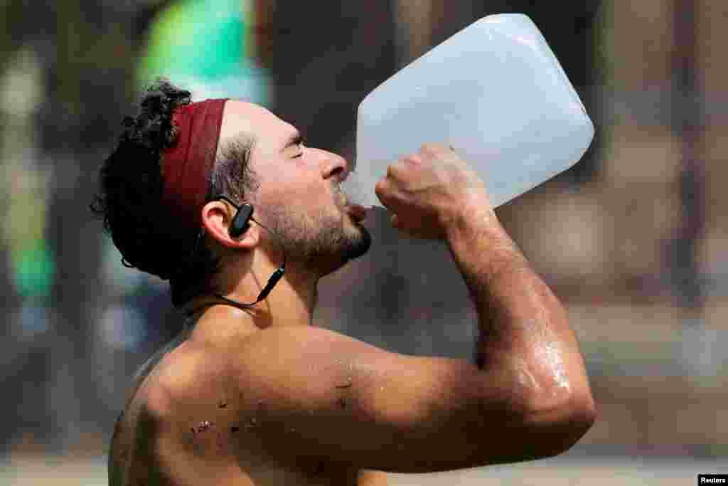 واشنگٹن میں درجہ حرارت 37 ڈگری تک پہنچنے کی پیش گوئی کی گئی ہے۔ کھیل کے کھلے میدانوں میں کھلاڑیوں کو مشکل پیش آ رہی ہے۔