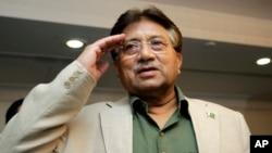 Cựu Tổng thống Pakistan Pervez Musharraf chào các thành viên đảng của ông trong một buổi lễ kỷ niệm Ngày Quốc khánh Pakistan trước chuyến đi đến Karachi, Dubai.