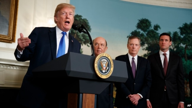 El presidente de EE.UU., Donald Trump, firmó un memorándum para imponer aranceles a la impotaciones de China y las inversiones de ese ese país en EE.UU., el 22 de marzo, de 2018.