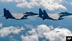 지난해 9월 공군 F-15K 전투기들이 미한연합 훈련에 참가하고 있다. 한국 군은 27일 중국 군용기가 방공식별구역에 진입해, F-15K 등 전투기를 출격시켜 대응했다고 밝혔다. (자료사진)