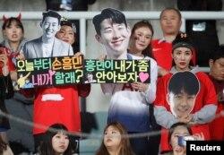 Para pendukung timnas Korea Selatan membawa poster-poster menyemangati Son Heung-min dalam laga persahabatan antara Korea Selatan vs Panama di Stadion Cheonan, Cheonan, Korea Selatan, 16 Oktober 2018.