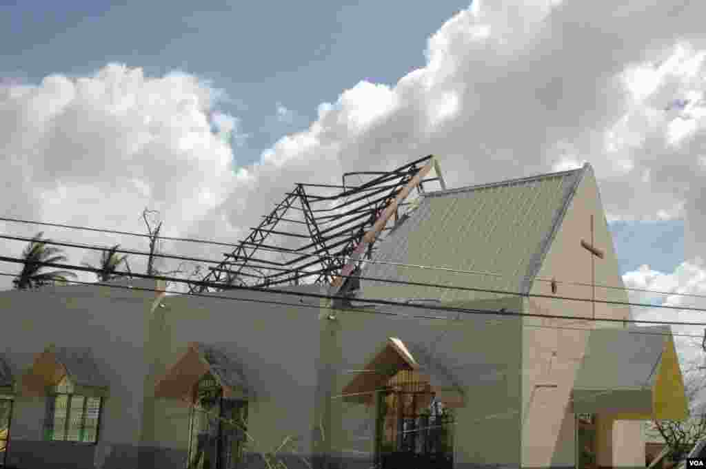 A damaged church in Cebu, Philippines, Nov. 15, 2013. (Steve Herman/VOA)