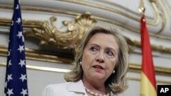ລັດຖະມົນຕີການຕ່າງປະເທດສະຫະລັດ ທ່ານນາງ Hillary Clinton ຖະແຫຼງຕໍ່ພວກນັກຂ່າວ ຫຼັງຈາກການ ພົບປະກັບລັດຖະມົນຕີຕ່າງປະເທດສະເປນ ທ່ານ Trinidad Jimenez ທີ່ນະຄອນຫຼວງມາດຣີດ (2 ກໍລະກົດ 2011)