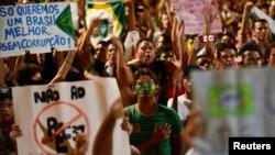 Manifestantes, en su mayoría jóvenes, protestan contra la corrupción en la ciudad de Fortaleza, en el nordeste de Brasil.