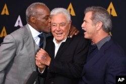 دانر، مل گیبسون و دنی گلاور در مراسم «آکادمی» برای تجلیل از کارگردان ۸۷ ساله