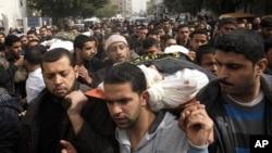 巴勒斯坦的哀悼者星期二在加沙城抬著兩具在以色列加沙地帶的空襲中死亡的屍體