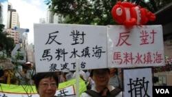 退休公務員李先生(右)認為,陳茂波不下台會影響港府的管治 (美國之音湯惠芸拍攝)