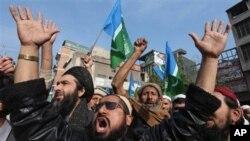 پاکستان میں توہین رسالت کے خلاف قانون میں ترامیم کے خلاف مظاہرے میں شریک افراد (فائل فوٹو)
