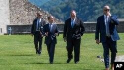 Mike Pompeo, secretario de Estado de EE.UU., (centro derecha), e Ignazio Cassis, ministro de Relaciones Exteriores de Suiza, (centro izquierda), conversan durante la visita de Pompeo en CastelGrande en Bellinzona, Suiza, el domingo 2 de junio de 2019.
