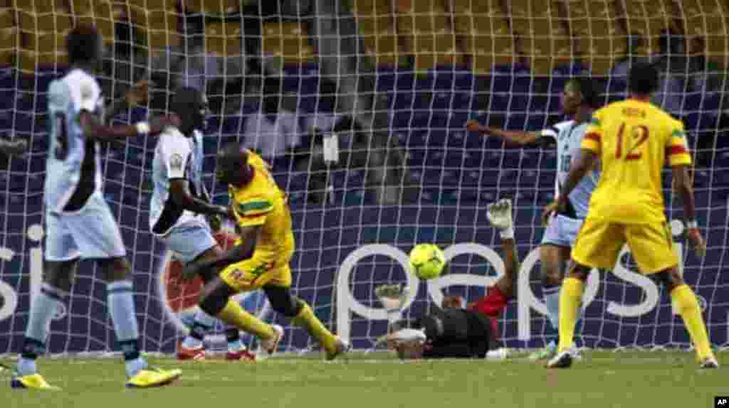 Mali's Garra Dembele (3rd L) scores against Botswana during their final African Cup of Nations Group D soccer match at the Stade De L'Amitie Stadium in Libreville February 1, 2012.