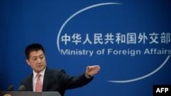 چین کی وزارتِ خارجہ کے ترجمان لو کانگ صحافیوں کے سوالوں کا جواب دے رہے ہیں۔ (فائل فوٹو)