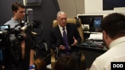 美國國防部長馬蒂斯星期二(9月4日)啟程前往印度飛機上。