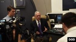 جیم متیس وزیر دفاع ایالات متحده در حال گفتگو با خبرنگاران در هواپیما در راه سفر به هند - ۱۳ شهریور ۱۳۹۷