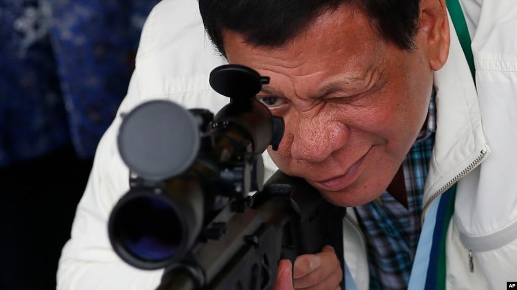 Tổng thống Rodrigo Duterte kiểm tra súng bắn tỉa CS/LR4A do Trung Quốc sản xuất. Ông Duterte dặn các tướng lĩnh chớ mua vũ khí từ Mỹ và Canada vì các điều kiện áp đặt của họ.