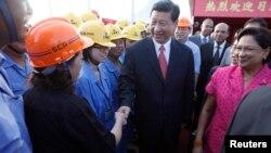 Trabajadores del Grupo de Construcción de Shanghai saludan al presidente Xi Jinping durante su visita en Couva, Trinidad y Tobago.