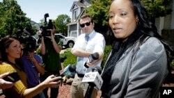 Ina Rogers parle avec des journalistes de la saisie de ses 10 enfants par les forces de l'ordre lundi, à Fairfield, en Californie, le 14 mai 2018.