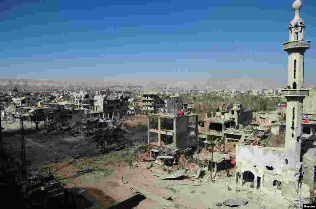 Một phần khu phố al-Dukhaneya gần Damascus sau khi binh sĩ trung thành với Tổng thống Syria Bashar al-Assad chiếm quyền kiểm soát từ tay quân nổi dậy. Bức ảnh do hãng thông tấn quốc gia SANA của Syria công bố.