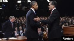 美国共和党总统候选人罗姆尼和美国总统奥巴马举行首场辩论后握手