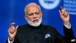 بھارتی وزیر اعظم نریندر مودی ، روس کے شہر سینٹ پیٹربرگ میں ایک کانفرنس میں تقریر کررہے ہیں۔ 2 جون 2017