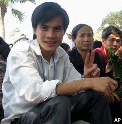 Blogger Paulus Lê Văn Sơn hiện đang ngồi tù ở Việt Nam. Từ lúc bị bắt vào năm ngoái cho đến bây giờ không ai trong gia đình được phép gặp mặt