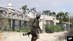 Umusirikare w'ishirahamwe ry'Ibihugu vya Afrika mw'ibarabara ry'i Mogadisho