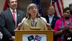 Le Dr Candace S. Johnson, présidente et cheffe de la direction de l'Institut de Cancer Roswell Park annonce la signature d'un accord pour tester un traitement cubain contre le cancer du poumon aux États-Unis, le 21 avril 2015.