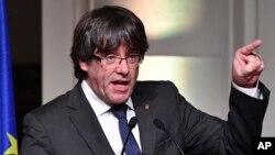 被罢黜的加泰罗尼亚前领导人普伊格蒙特在布鲁塞尔对前来支持他的加泰罗尼亚市长们发表讲话 (2017年11月7日)