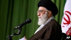 伊朗最高领袖哈梅内伊在德黑兰与伊朗外长扎里夫和该国的外交官讲话。 (2015年11月1日)