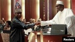 Ministan Sufuri Rotimi Ameachi da suna gaisawa da Shugaba Buhari.
