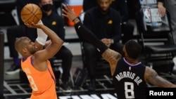 Chris Paul des Phoenix Suns tente un shoot face à Marcus Morris Sr. des Los Angeles Clippers, USA, le 30 juin 2021.