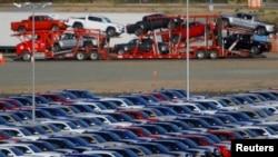 Mobil-mobil yang baru dirakit tampak di pabrik Toyota Motor Baja California, di Tijuana, Meksiko, 30 April 2017.
