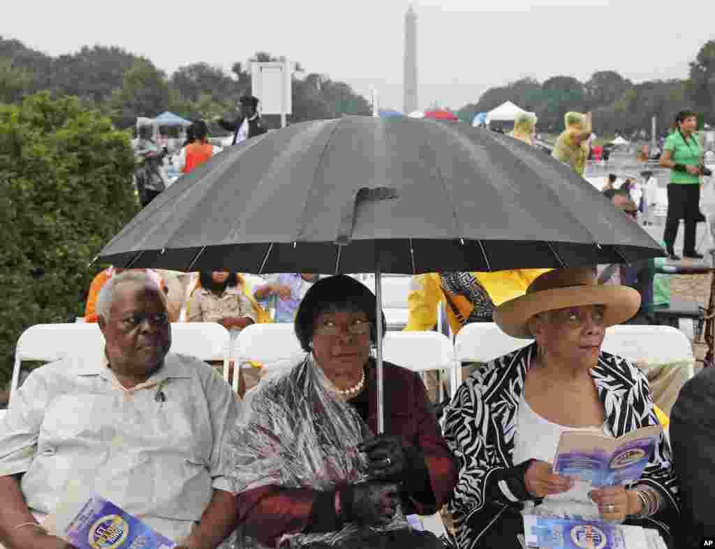 28일 마틴 루터 킹 목사의 연설 50주년을 기념해 미국 수도 워싱턴의 링컨 기념관 앞에서 대규모 행사가 열렸다. 행사 시작을 기다리는 시민들.