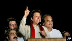 عمران خان رهبر گروهی از معترضان پاکستانی