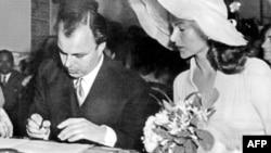 پرنس کریم کے والد علی خان اداکارہ ریٹا ہے ورتھ کے ساتھ شادی کی دستاویز پر دستخط کرتے ہوئے