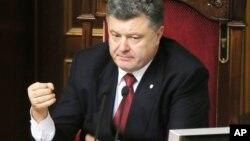 """Tổng thống Petro Poroshenko nói nếu phi trường Donetsk bị chiếm thì """"kẻ thù"""" có thể tiến đến Kyiv và các nơi khác nữa."""