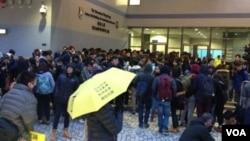 香港大学罢课学生和一些民间团体在港大校委会会场外抗议 (美国之音海彦拍摄)